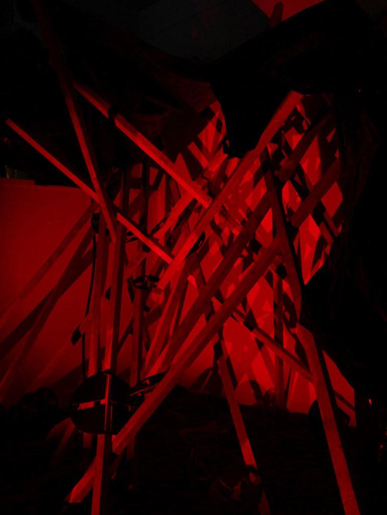 structure en bois, lumière rouge