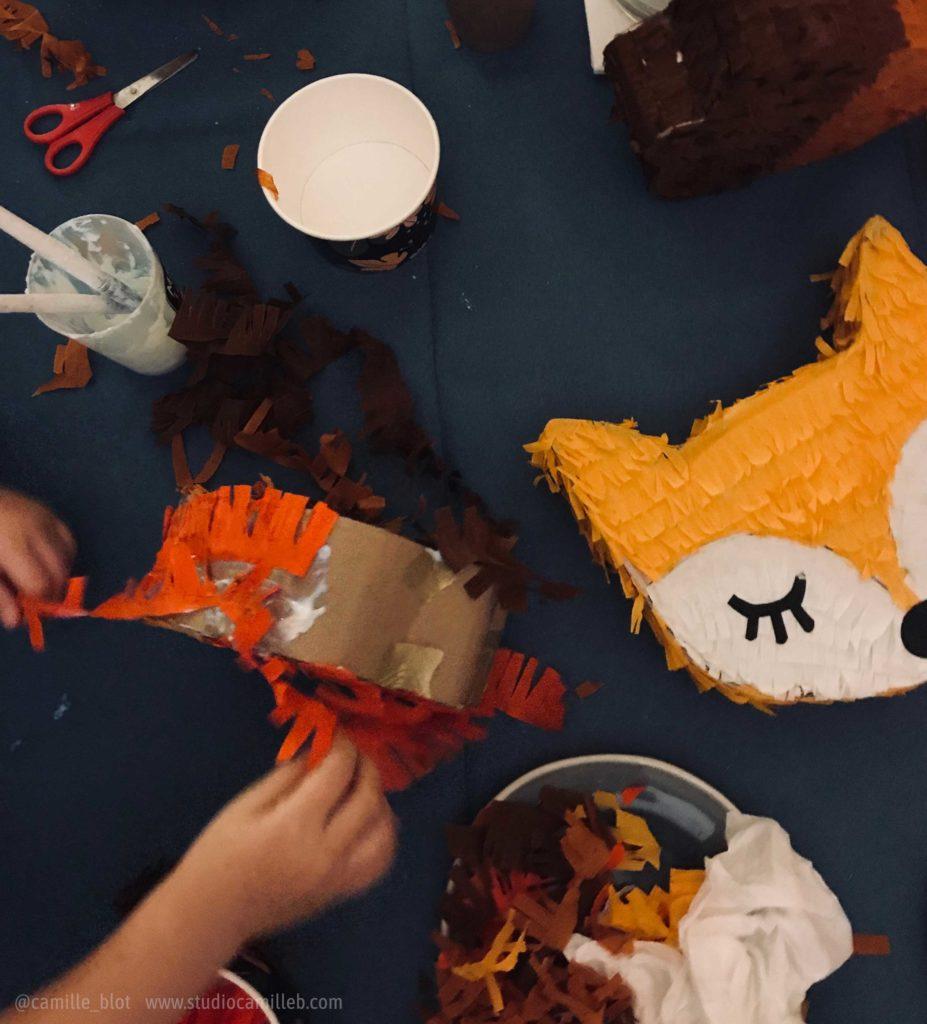 atelier pinatas avec mains d'enfants